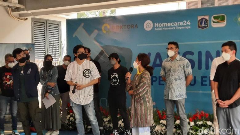 Vaksin Covid-19 kepada artis dan musisi di Jakarta, Sabtu (17/4/2021).