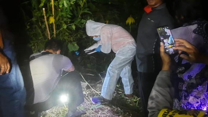 Warga Blitar menemukan kerangka manusia ketika mencari pakan kambing. Lokasi penemuan itu berada di kawasan hutan lindung.
