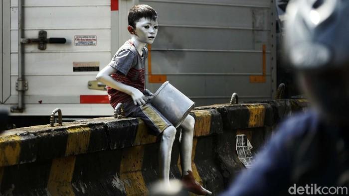 Sejumlah anak terpaksa memulung, mengamen atau dibawa orang tuanya dalam mencari rezeki. Aksi ini dilakukan untuk menyambung hidup di masa pandemi Corona.