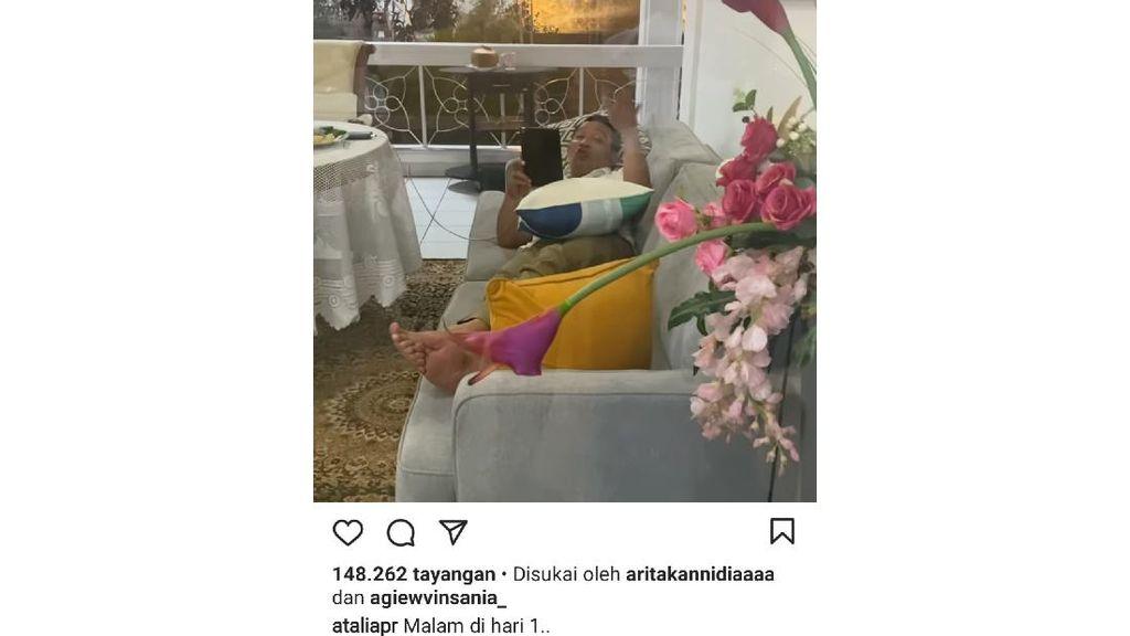 Mesranya! Istri Positif Corona, Ridwan Kamil Siaga Sambil Tiduran di Sofa