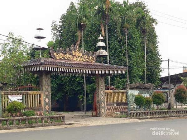 Gerbang masuk rumah Jajar Intan