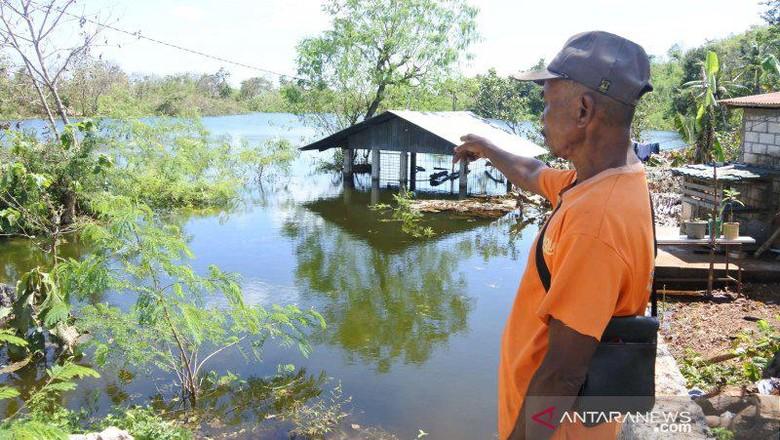 Danau baru muncul di Kelurahan Sikumana, Kota Kupang, Provinsi Nusa Tenggara Timur, usai terjadi bencana alam badai siklon tropis seroja, Minggu (18/4/2021). (FOTO ANTARA/ Benny Jahang)