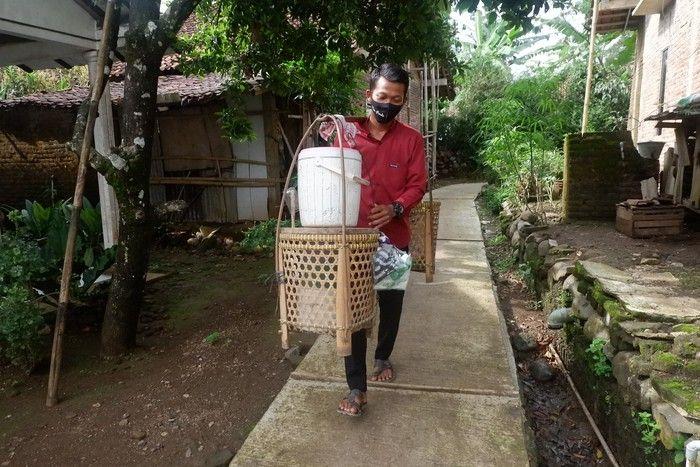 Demi Cari Uang, 5 Penjual Makanan Ini Rela Jalan Kaki Puluhan Kilometer