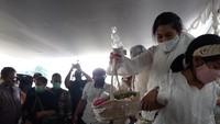 Mata Sembab Dian Sastro di Pemakaman Adiguna Sutowo