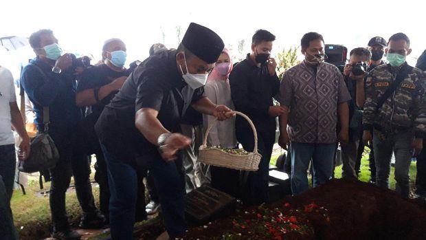 Dian Sastrowardoyo hingga Ketua DPRD DKI Prasetyo Edi Marsudi melakukan tabur buka dipemakaman Adiguna Sutowo