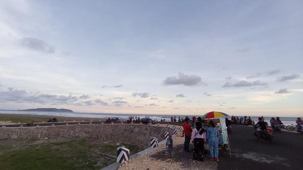 Ramadhan tahun ini pantai barat Pangandaran masih menjadi lokasi favorit warga untuk ngabuburit. Menyaksikan detik-detik matahari tenggelam memberikan kepuasan tersendiri. (Faizal Amiruddin/detikTravel)
