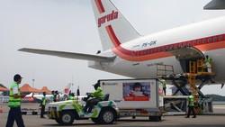 Vaksin COVID-19 Sinovac kembali mendarat di Bandara Soekarno Hatta, Tangerang, Minggu (18/4). Kali ini ada enam juta dosis vaksin COVID-19 Sinovac yang tiba.