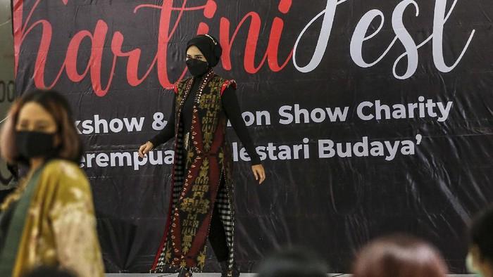 Kartini Fest digelar di Jakarta, Sabtu (17/4/2021). Acara yang diisi dengan fashion show itu menggalang dana untuk korban bencana di NTT.