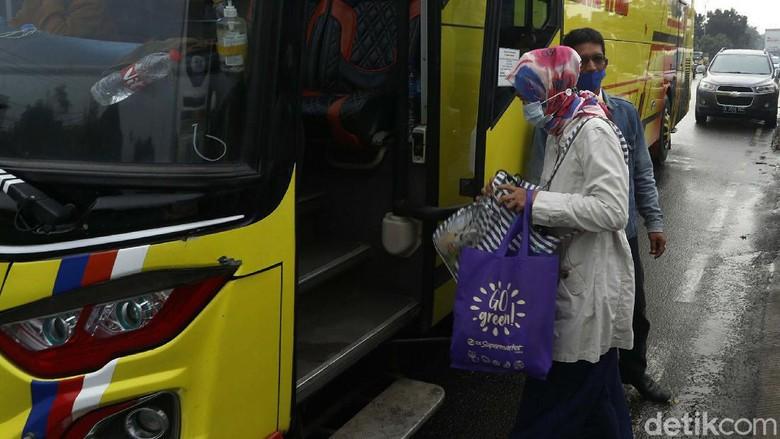 Pemerintah menetapkan larangan mudik 6-17 Mei 2021. Sebagian warga pun mulai mudik awal. Seperti terlihat di agen bus di Kota Bekasi.