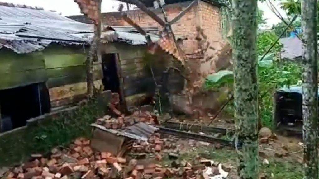 Detik-detik Rumah Warga di Jambi Ambruk Akibat Proyek Galian Sungai