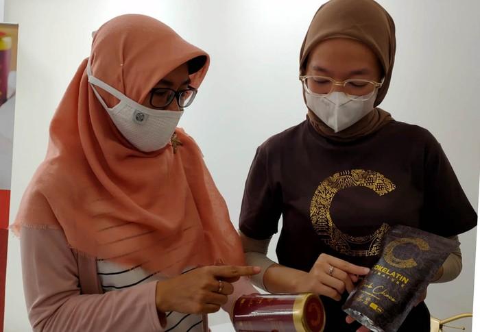 Cokelatin Signature memperkenalkan outletnya di Cipondoh, Tangerang, Banten. Usaha pasangan suami istri ini ingin mempopulerkan cokelat asli Indonesia loh.