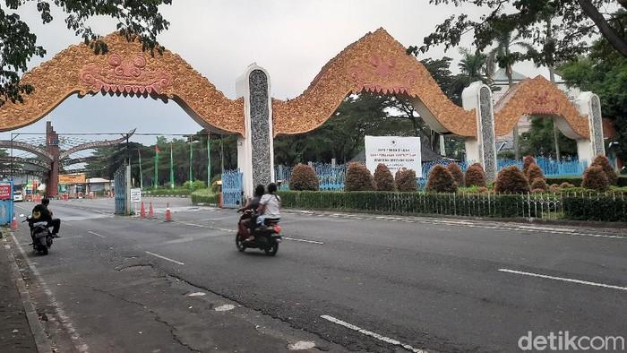 Pengelolaan Taman Mini Indonesia Indah (TMII) resmi diambil alih negara mulai April 2021. Kondisi terkini beberapa wahana tutup dan pengunjung pun sepi.