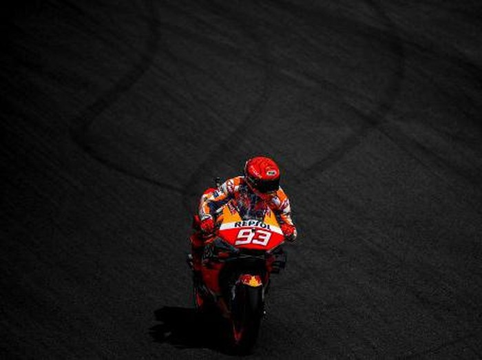 Repsol Honda Teams Spanish rider Marc Marquez competes during the MotoGP qualifying session of the Portuguese Grand Prix at the Algarve International Circuit in Portimao, on April 17, 2021. (Photo by PATRICIA DE MELO MOREIRA / AFP)