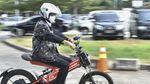 Aksi Menhub Jajal Motor Listrik di Bekasi