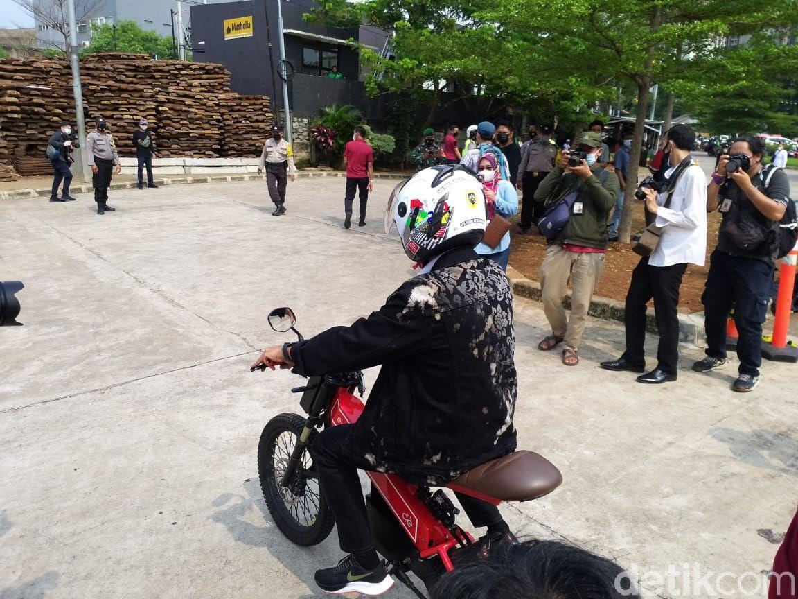 Menteri Perhubungan Budi Karya Sumadi Jajal Sepeda Listrik