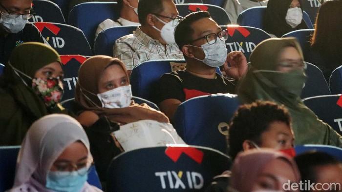 Bioskop di Kota Bandung, kembali dibuka dengan protokol kesehatan ketat. Pada Minggu (18/4/2021), Kang Emil bahkan menonton film di CGV Paris Van Java, Kota Bandung.