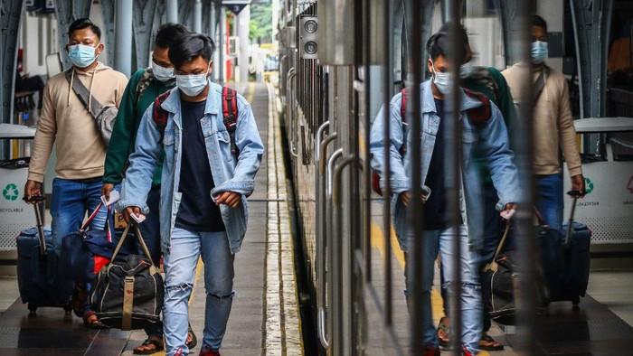 Penumpang bersiap menaiki kereta di Stasiun Pasar Senen, Jakarta, Minggu (18/4/2021). Adanya larangan pemerintah untuk mudik pada tanggal 6 hingga 17 Mei mendatang, membuat sebagian warga memilih mudik lebih awal dan dalam satu pekan terakhir jumlah penumpang di stasiun tersebut berkisar antara 1.000-2.500 penumpang per hari. ANTARA FOTO/Rivan Awal Lingga/aww.