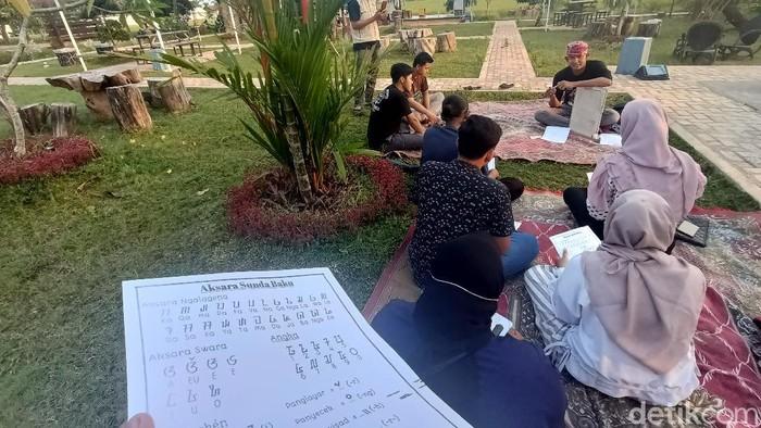 Ngabuburit di Karawang bisa sambil belajar aksara Sunda kuno