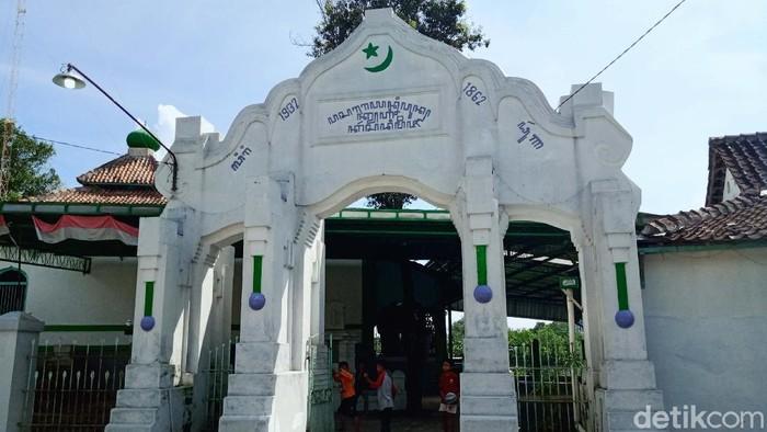 Masjid Muslimin Giri Purno di Desa Pakahan, Kecamatan Jogonalan, Klaten memiliki tampilan khas. Masjid ini memiliki gerbang menyerupai gerbang Masjid Agung Keraton Surakarta.