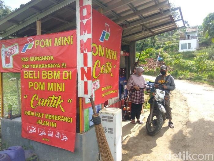 Pria di Lembang menyisihkan hasil pom mini untuk penerangan jalan