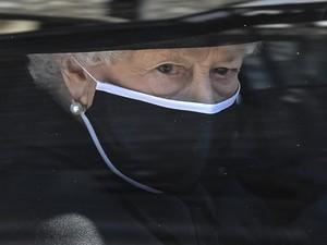 Berduka, Ratu Elizabeth Bawa Benda Favorit Pangeran Philip di Pemakamannya