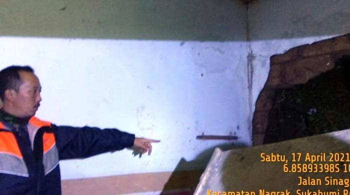 Tembok rumah warga di Sukabumi jebol diterjang longsor