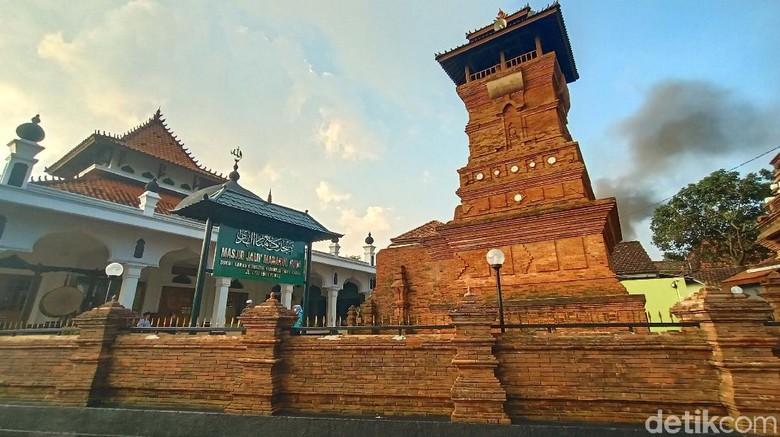 Sebuah masjid di Desa Samirejo, Kecamatan Dawe, Kudus, memiliki replika Menara Kudus yang dibuat semirip mungkin dengan aslinya. Yuk kita lihat.