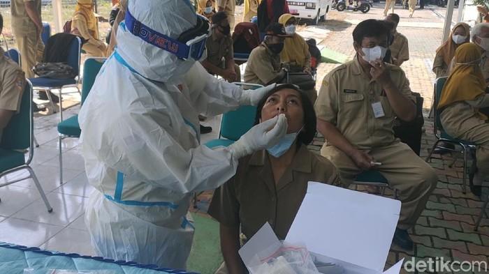 Dinas Kesehatan Kabupaten (DKK) Kabupaten Sragen, Jawa Tengah, menggelar rapid test antigen kepada seluruh guru dan karyawan SMA Negeri 1 Gondang.