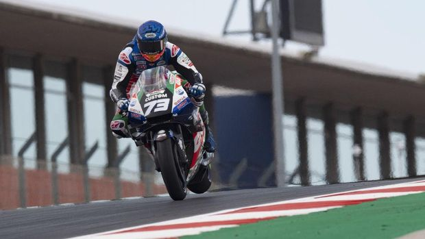 PORTIMAO, PORTUGAL - APRIL 17: Alex Marquez of Spain and LCR Honda Castrol lifts the rear wheel and heads down a straight  during the MotoGP of Portugal - Qualifying at Autodromo Internacional Do Algarve on April 17, 2021 in Portimao, Portugal. (Photo by Mirco Lazzari gp/Getty Images)