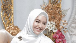 Viral Mau Bangun Masjid, Amanda Manopo Pakai Hijab saat Berkendara