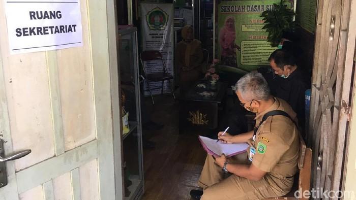 Anggota Komisi D DPRD Kabupaten Bantul saat mendatangi SD Sindet, Kalurahan Trimulyo, Kapanewon Jetis terkait dugaan pungutan liar terhadap penerima Program Indonesia Pintar (PIP).