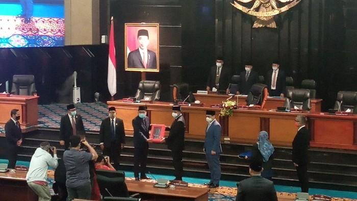 Gubernur Anies Baswedan menyerahkan LKPJ 2020 kepada DPRD DKI, Senin (19/4/2021).