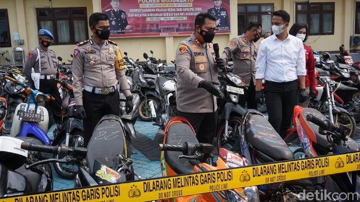 Polisi Mojokerto menyita 83 sepeda motor saat menggerebek arena balap liar. Puluhan knalpot dan ban tak standar yang dipasang pada motor-motor tersebut, hari ini dimusnahkan.