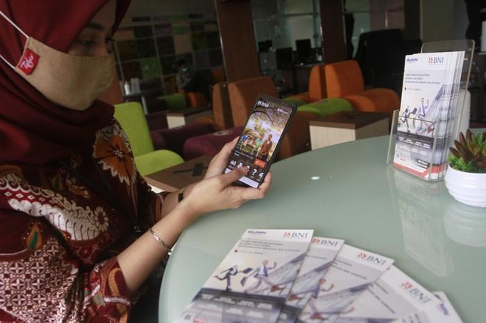 Nasabah menunjukkan aplikasi BNI Simponi.