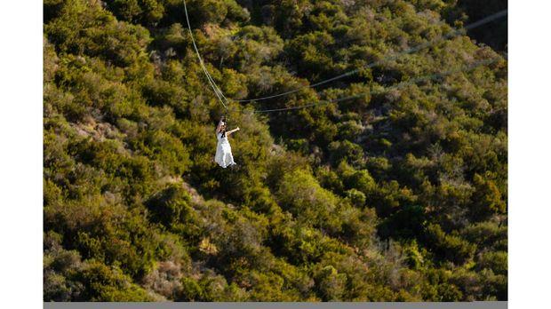 Bukan di Rumah Atau Gedung, Pasangan Ini Menikah di Atas Flying Fox