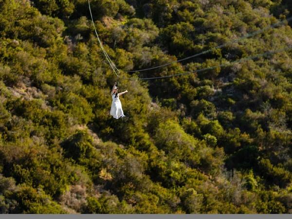 Pemandangan alam indah akan menyambut pasangan yang terbang di atas ketinggian 600 kaki atau sekitar 182 meter . (The Catalina Island Company)