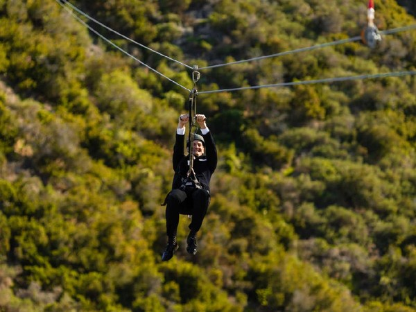 Mengenakan pakaian pengantin, pasangan akan terbang di lintasan flying fox yang berbeda. (The Catalina Island Company)
