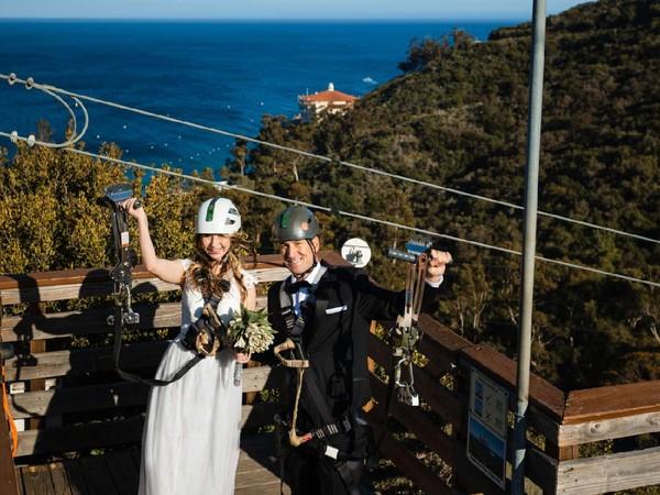 Pulai Catalina di California dinobatkan menjadi salah satu pulau terindah di dunia versi Travel Leisure. Kali ini pulau menawarkan pengalaman unik di tengah pandemi, menikah di atas flying fox. (The Catalina Island Company)