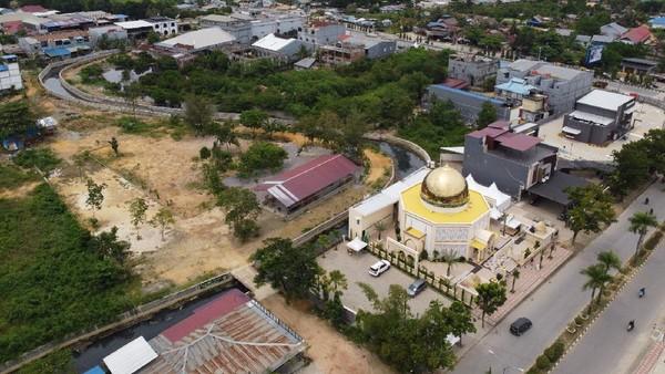 Masjid Raudhatul Jannah memiliki desain bangun menyerupai Dome of The Rock di komplek Masjid Al-Aqsa, Palestina serta disetiap sudutnya terdapat pohon kurma dan masjid ini banyak didatangi waktu salat serta menanti waktu berbuka puasa Ramadhan.