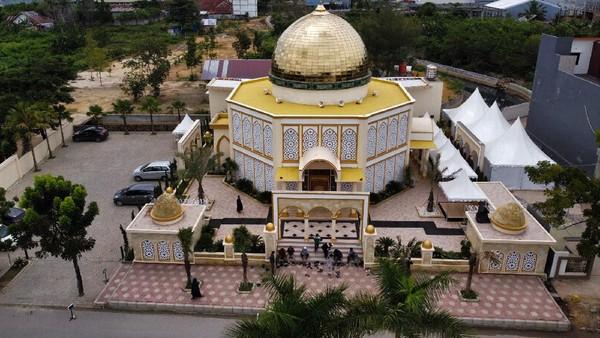 Bangunan Masjid Raudhatul Jannah nampak dari depan di Kelurahan Korumba, Kecamatan Mandonga, Kendari, Sulawesi Tenggara, Senin (19/4/2021).