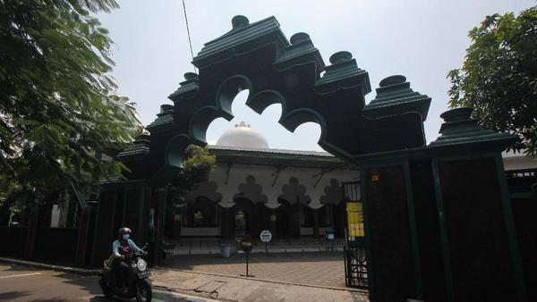 Warga melintas di depan Masjid Rahmat, Surabaya, Jawa Timur, Jumat (16/4/2021). Masjid yang terletak di Jalan Kembang Kuning tersebut merupakan salah satu masjid tua di Surabaya dan peninggalan Sunan Ampel. ANTARA FOTO/Didik Suhartono.