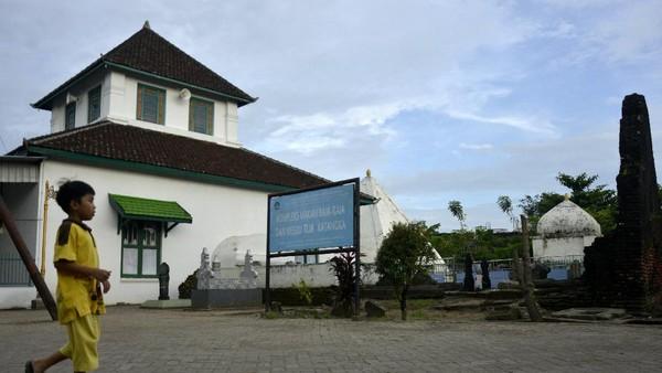 Masjid Tua Al Hilal Katangka, Kabupaten Gowa, Sulawesi Selatan, ramai dikunjungi umat Islam untuk beribadah dan dijadikan objek wisata budaya religi. ANTARA FOTO/Abriawan Abhe.