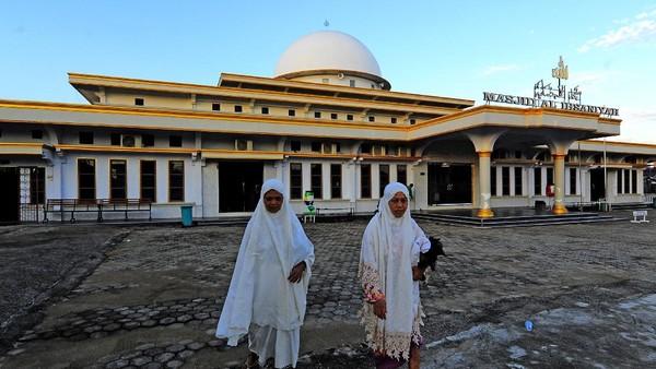 Umat Islam berjalan keluar dari Masjid Al-Ihsaniyah atau Masjid Batu di Danau Teluk, Kota Jambi, Jambi, Senin (19/4/2021). ANTARA FOTO/Wahdi Septiawan.