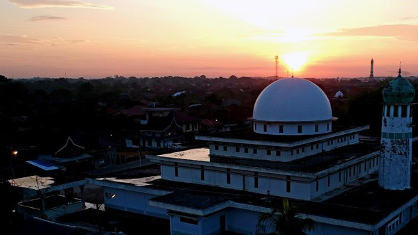 Masjid Al-Ihsaniyah atau Masjid Batu, Danau Teluk, Kota Jambi, Jambi, didirikan tahun 1880 Masehi di tepi Sungai Batanghari dan merupakan masjid tertua di Kota Jambi. ANTARA FOTO/Wahdi Septiawan.