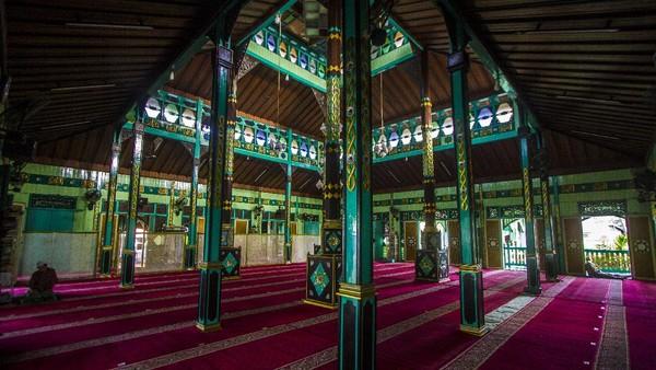 Masjid Sultan Suriansyah, Banjarmasin, beratap tumpang dan dibangun pada masa pemerintahan Sultan Suriansyah (1526 Masehi-1550 Masehi). ANTARA FOTO/Bayu Pratama S.