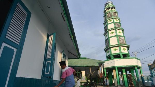 Masjid Al Amin atau Masjid Tua Wani di Desa Wani II, Kabupaten Donggala, Sulawesi Tengah, dibangun pada tahun 1906 dan tetap kokoh meski diguncang gempa dan tersapu gelombang tsunami pada 28 September 2018 tersebut hingga kini masih aktif digunakan untuk beribadah oleh masyarakat setempat dan menjadi salah satu tujuan wisata religi terutama pada bulan Ramadhan. ANTARA FOTO/Mohamad Hamzah.
