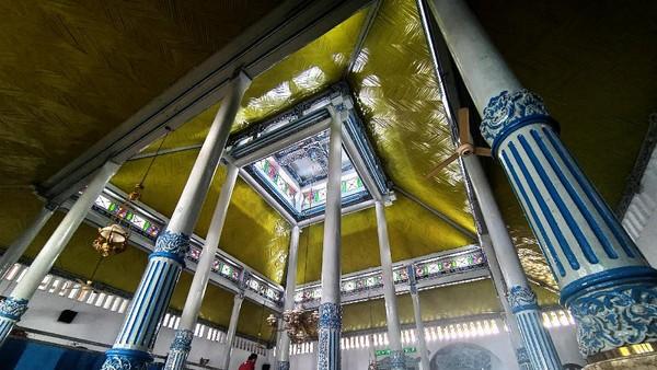 Warga menunaikan ibadah shalat wajib di Masjid Al-Muhajirin,Tulungagung, Jawa Timur, Sabtu (17/4/2021). Interior, ornamen dan atap bagunan utama Masjid Al Muhajirin tersebut merupakan bagian dari Masjid Al Munawar, bangunan tua berusia 1,5 abad yang dibangun pada 11 Syawal 1262 H atau 1847 Masehi yang dipindahkan ke Masjid Al Muhajirin karena adanya renovasi total di Masjid Al Munawar. ANTARAFOTO/Destyan Sujarwoko.