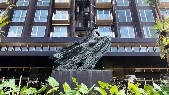 Patung Kuda setinggi 3 meter karya seniman I Nyoman Nuarta berdiri tegap dan elegan di pintu masuk utama Saumata Suites sebagai simbol kegagahan dan kesuksesan.