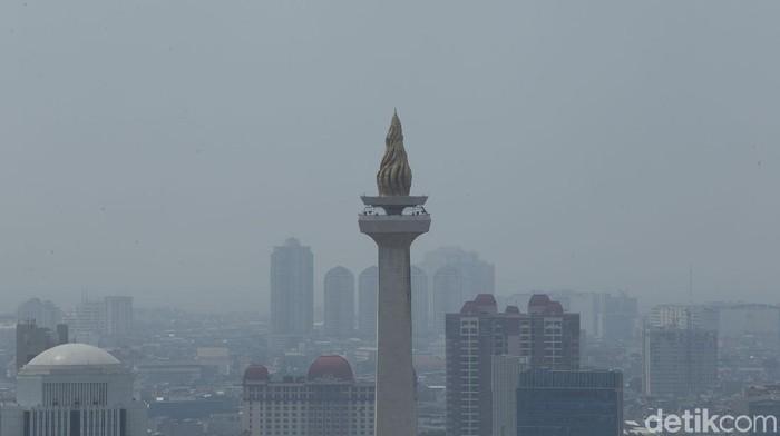 Polusi udara masih jadi salah satu persoalan yang terus diupayakan solusinya di Jakarta. Berikut penampakan Kota Jakarta yang tampak dikepung kabut polusi.