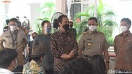 Jokowi Cek Vaksinasi COVID Seniman-Budayawan Bareng Sandi hingga Anies